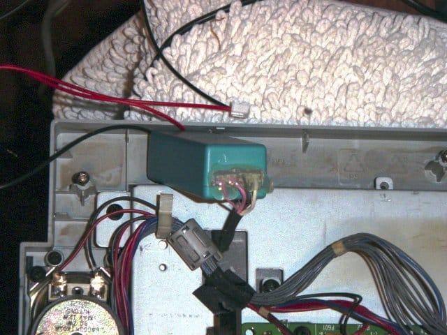 riparazione_monitor_lg_17_pollici_connettori_adattati_e_fissati_con_colla_a_caldo.jpg