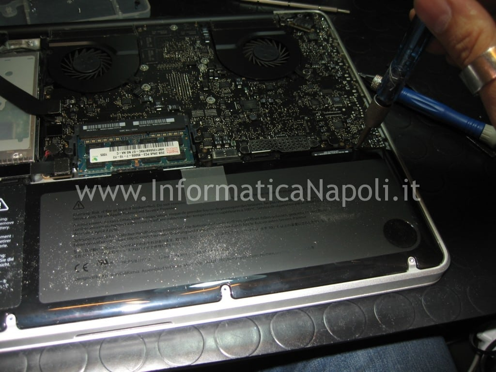 assistenza apple napoli staccare batteria pro con logic board non funzionante