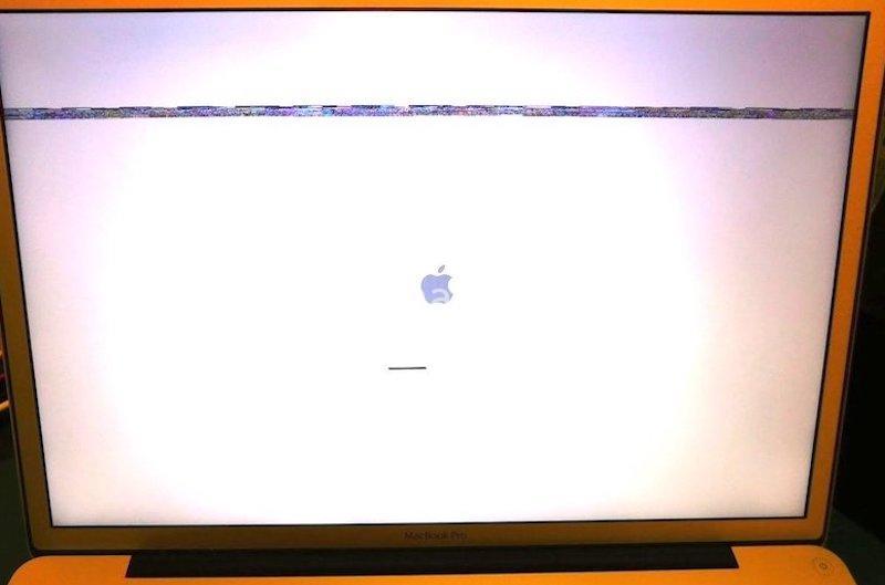 MacBook Pro che presenta artefatti all'avvio e successivamente schermata bianca