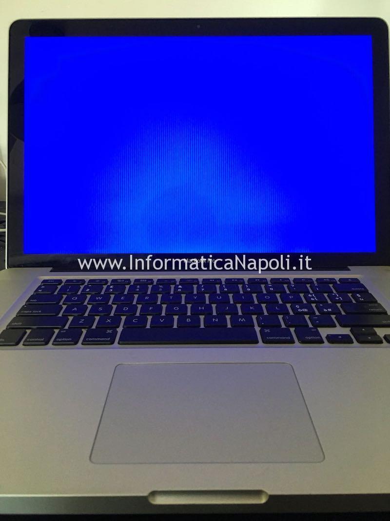 MacBook pro con schermata blu