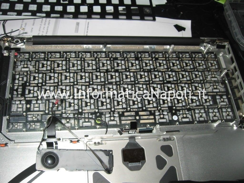liquido nella tastiera nel macbook pro