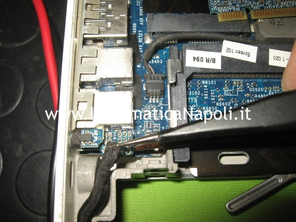 smontare riparare logicboard apple macbook 13 a1181 a1185
