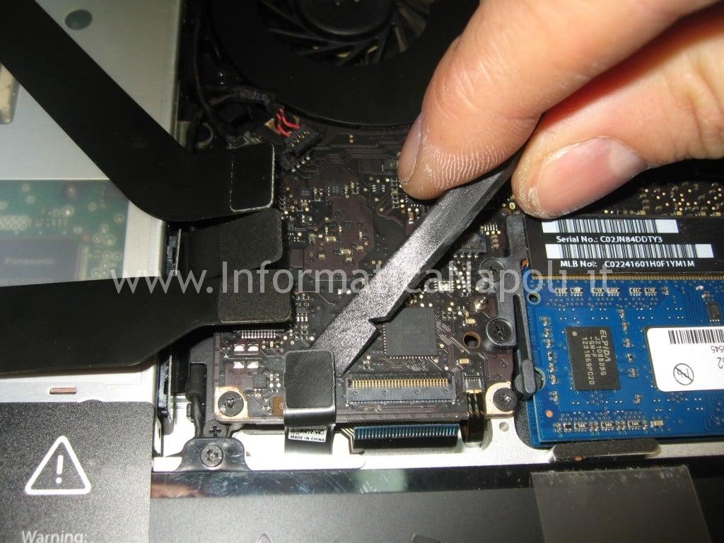 rimozione scheda logica Apple MacBook A1278 retroilluminazione LED