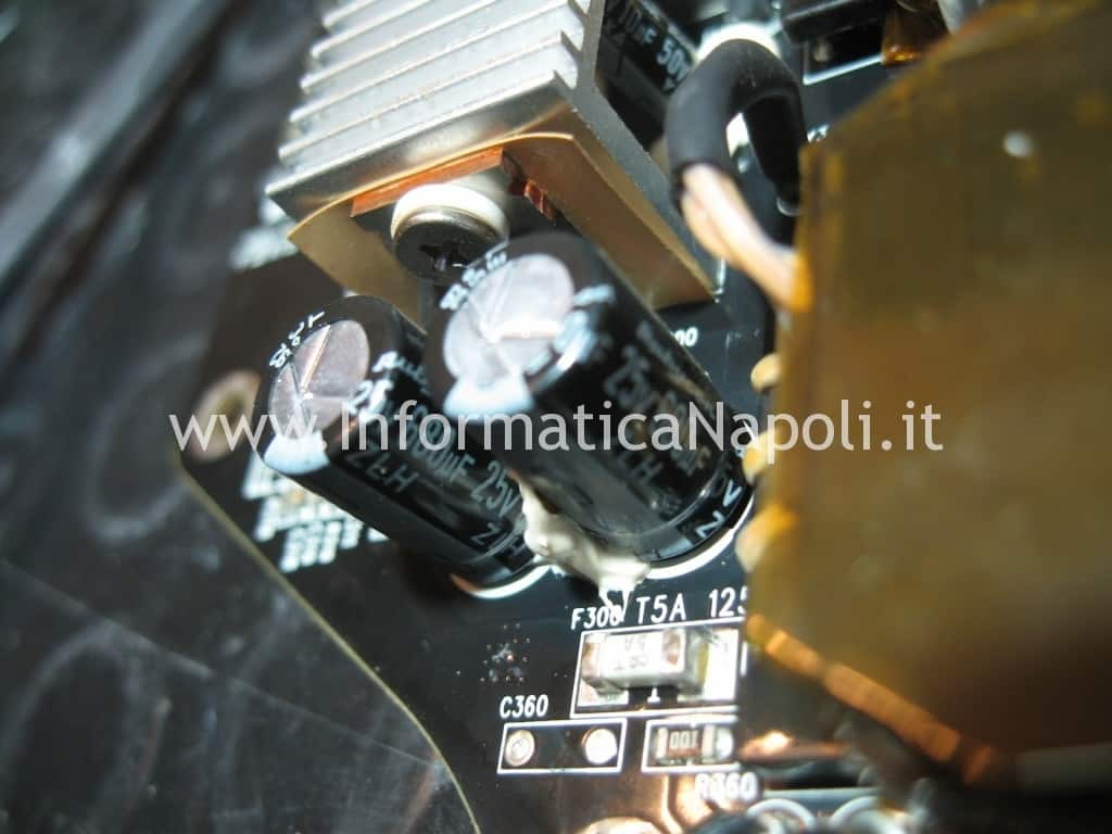 "problema condensatori Apple Cinema Display A1267 24"""
