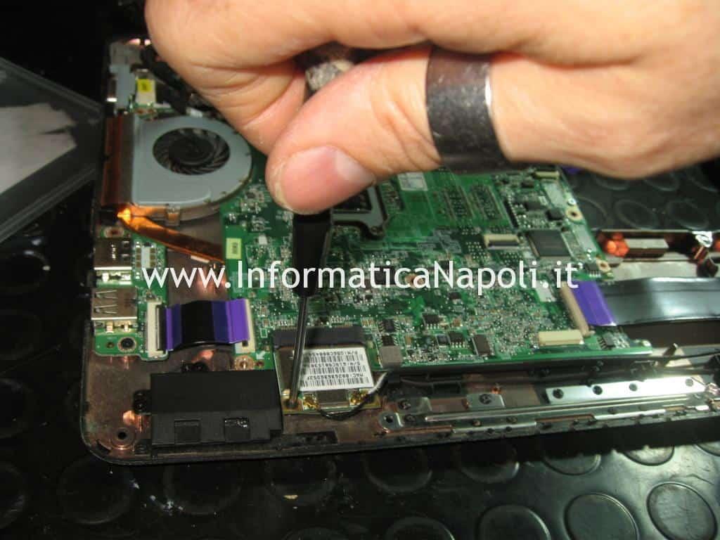Rimozione scheda madre DABU3AMB8E0 Toshiba Satellite T130 D