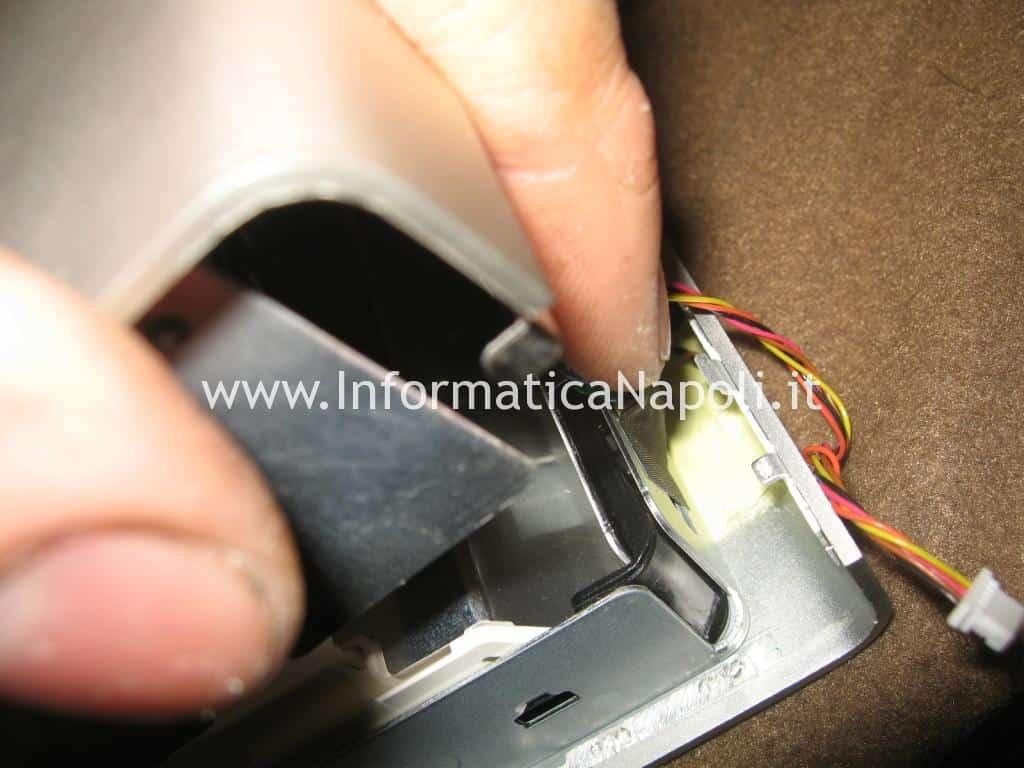 rimozione connettori Apple Cinema HD Display A1082