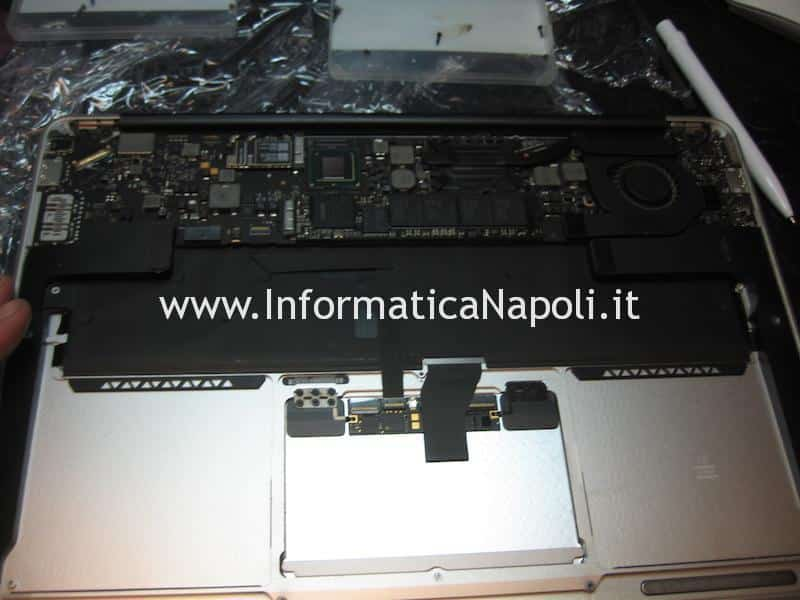smontare logic board Apple MacBook A1369