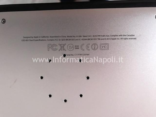 MacBook forato con trapano per surriscaldamento