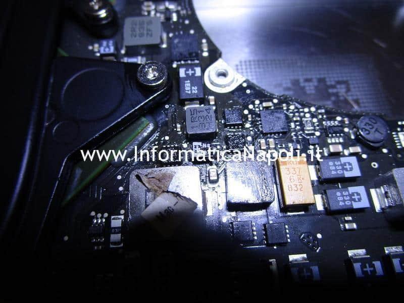 In questa foto mostro l'installazione di un condensatore identico all'originale installato su MacBook Pro 15 A1286 del 2008