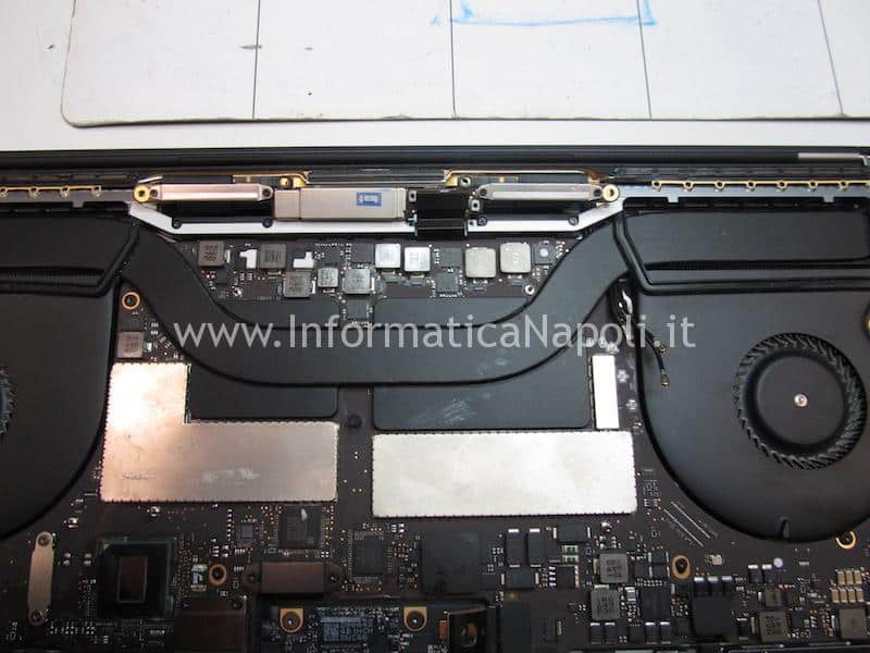 difetto display nuovo macbook pro touch bar A1707 A1708 A1706