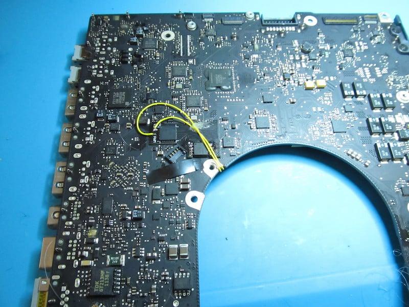 disattivazione scheda video macbook pro 17 a1297 righe colorate artefizi schermo bianco con modchip