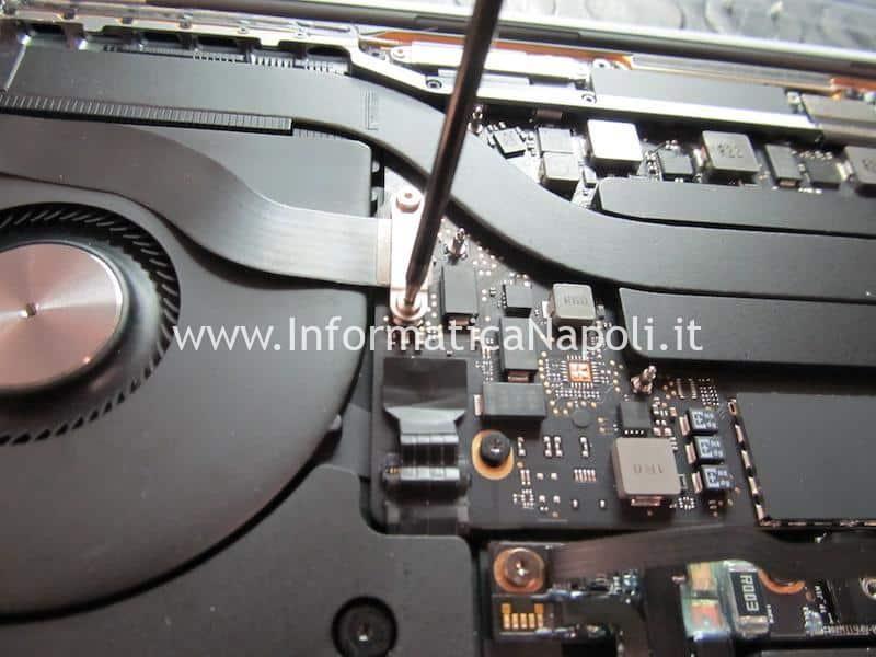 Pulizia scheda logica danni da liquido MacBook Pro 2019 modello 2 porte Thunderbolt 3 A2159 820-01598-A