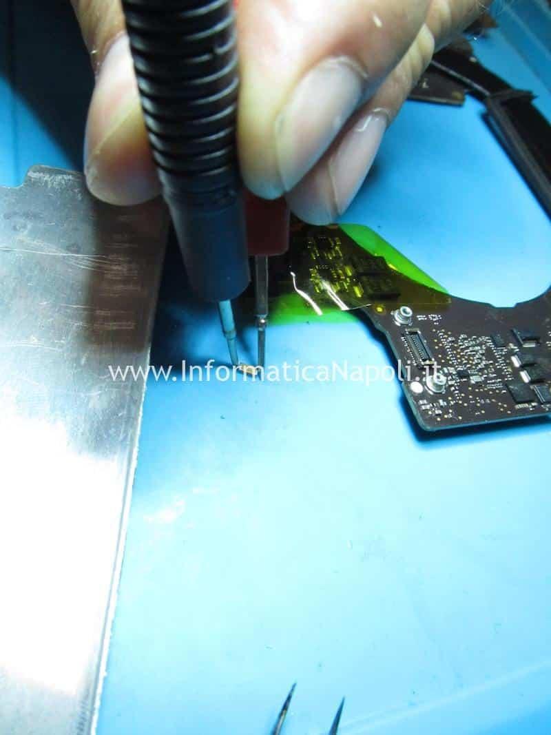 riparazione condensatori in corto problemi di illuminazione backlight macbook 15 2016 2017 touchbar 820-00281 U8400 IC LP8548B1-03 scheda madre zona condensatori assistenza apple